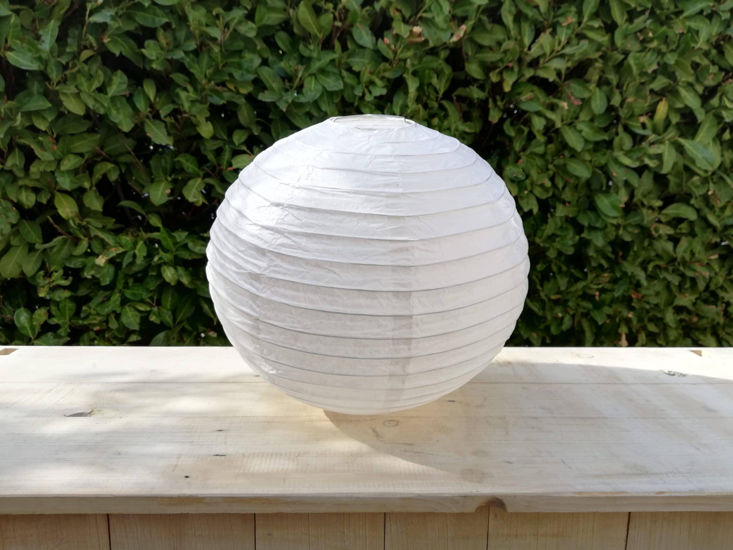 location de boules chinoises blanches pour décoration de mariage proposées par esprit pop'up