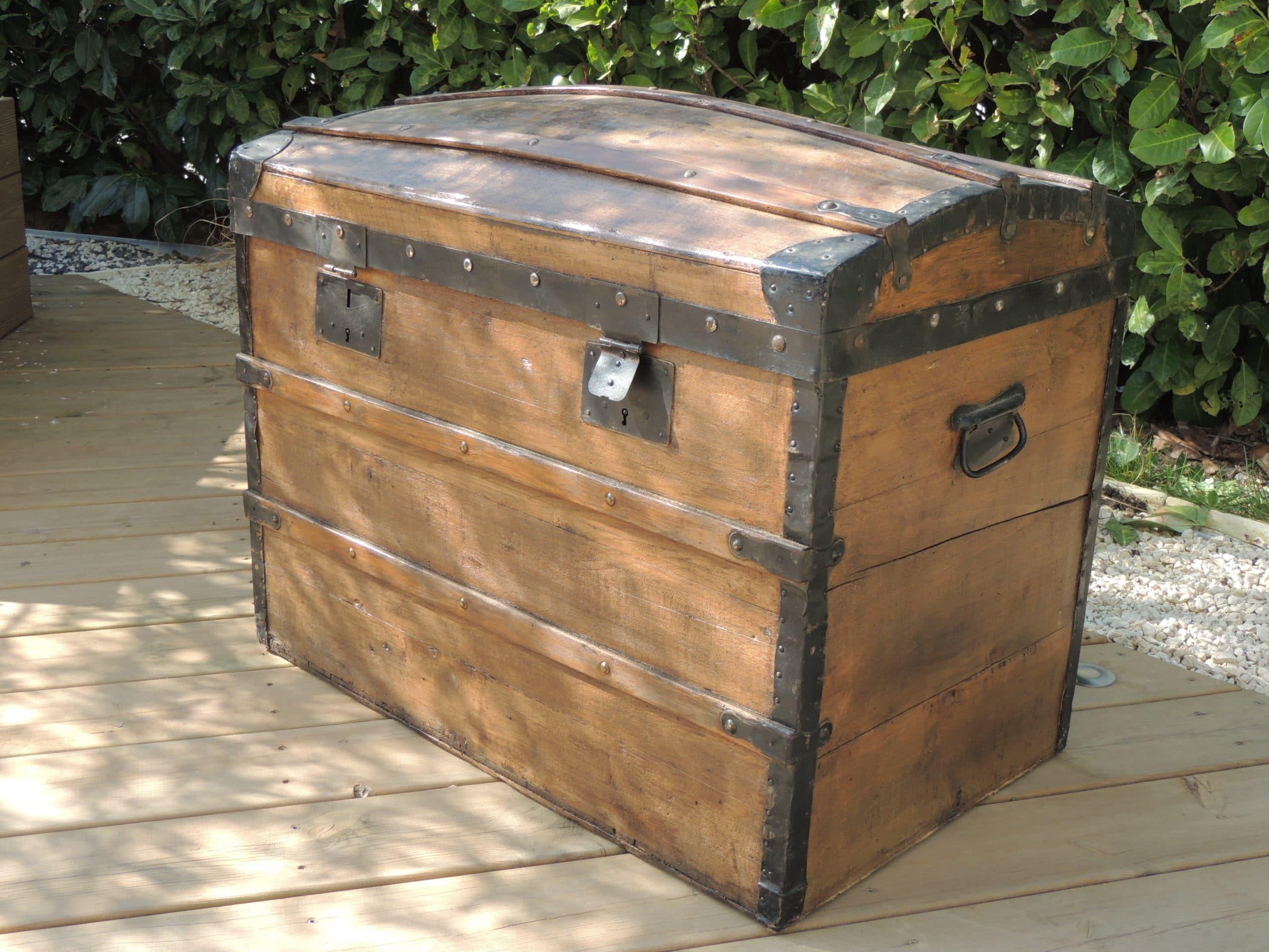 location d'une malle ou coffre en bois pour la décoration de votre mariage ou d'un photobooth réalisé et proposé par esprit pop'up