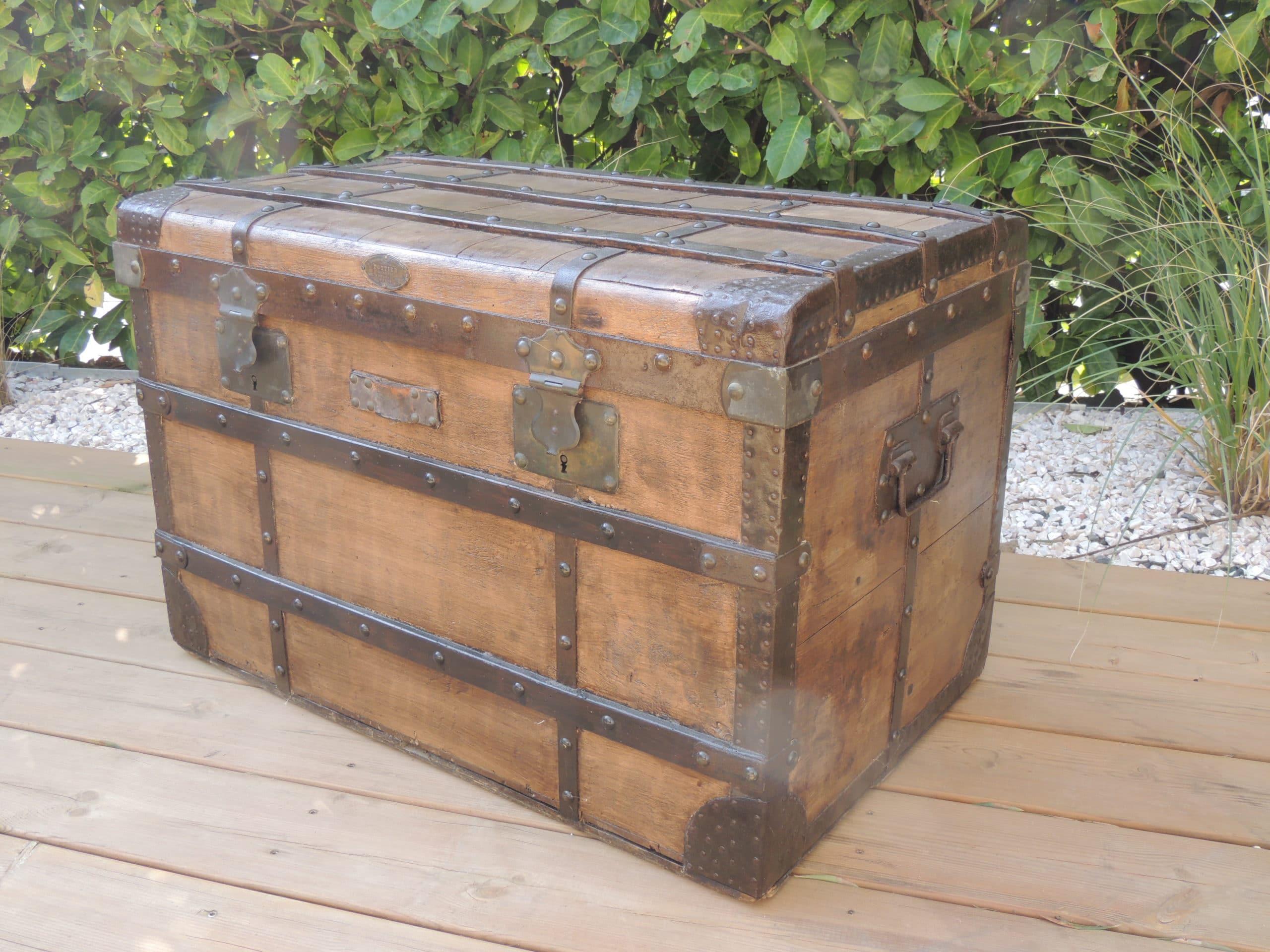 Malle ou coffre en bois proposé à la location par esprit pop'up pourla décoration de votre mariage ou d'un photobooth