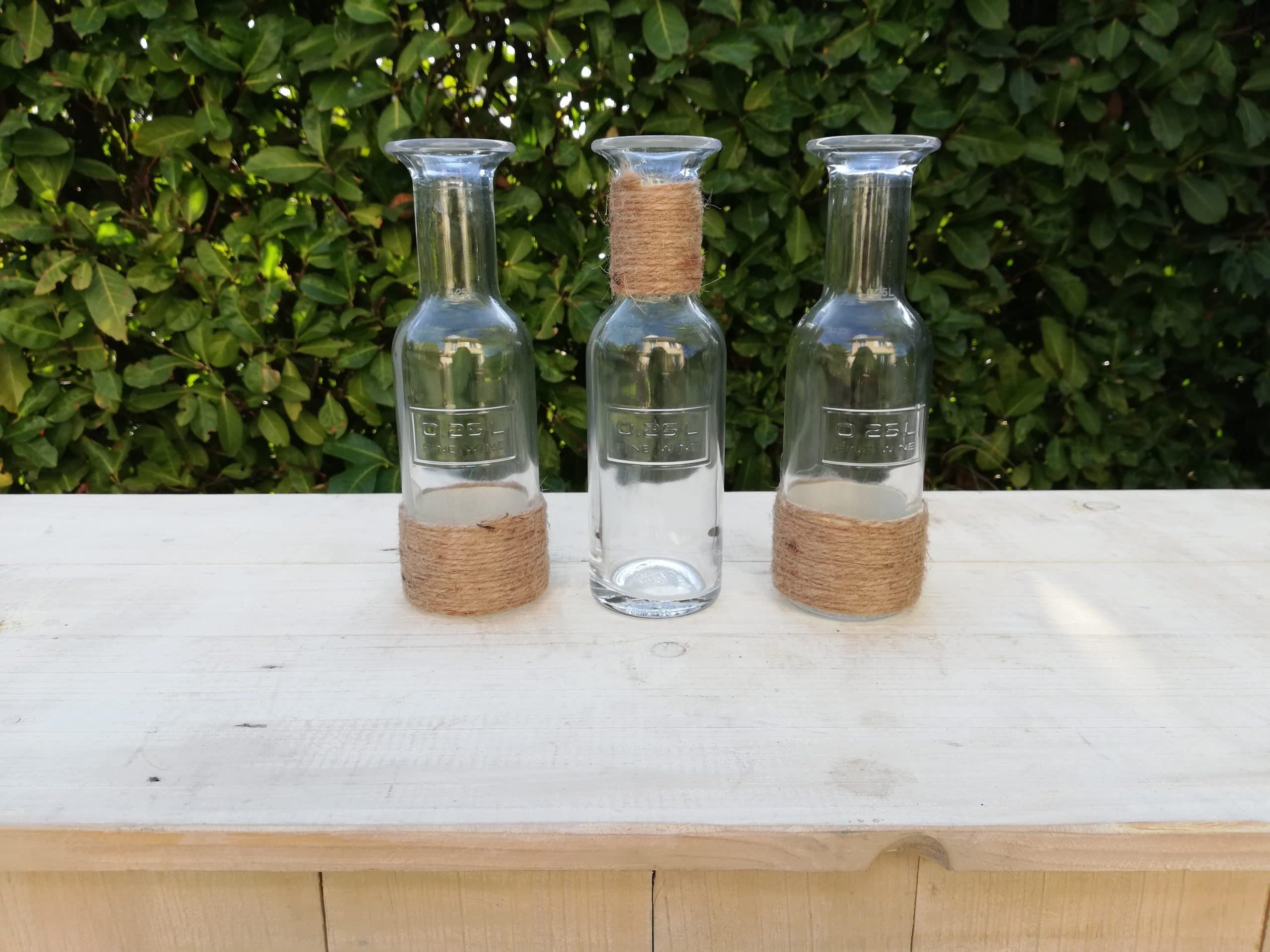 lot de trois bouteilles en verre et corde pour une décoration champêtre proposé à la location par esprit pop'up
