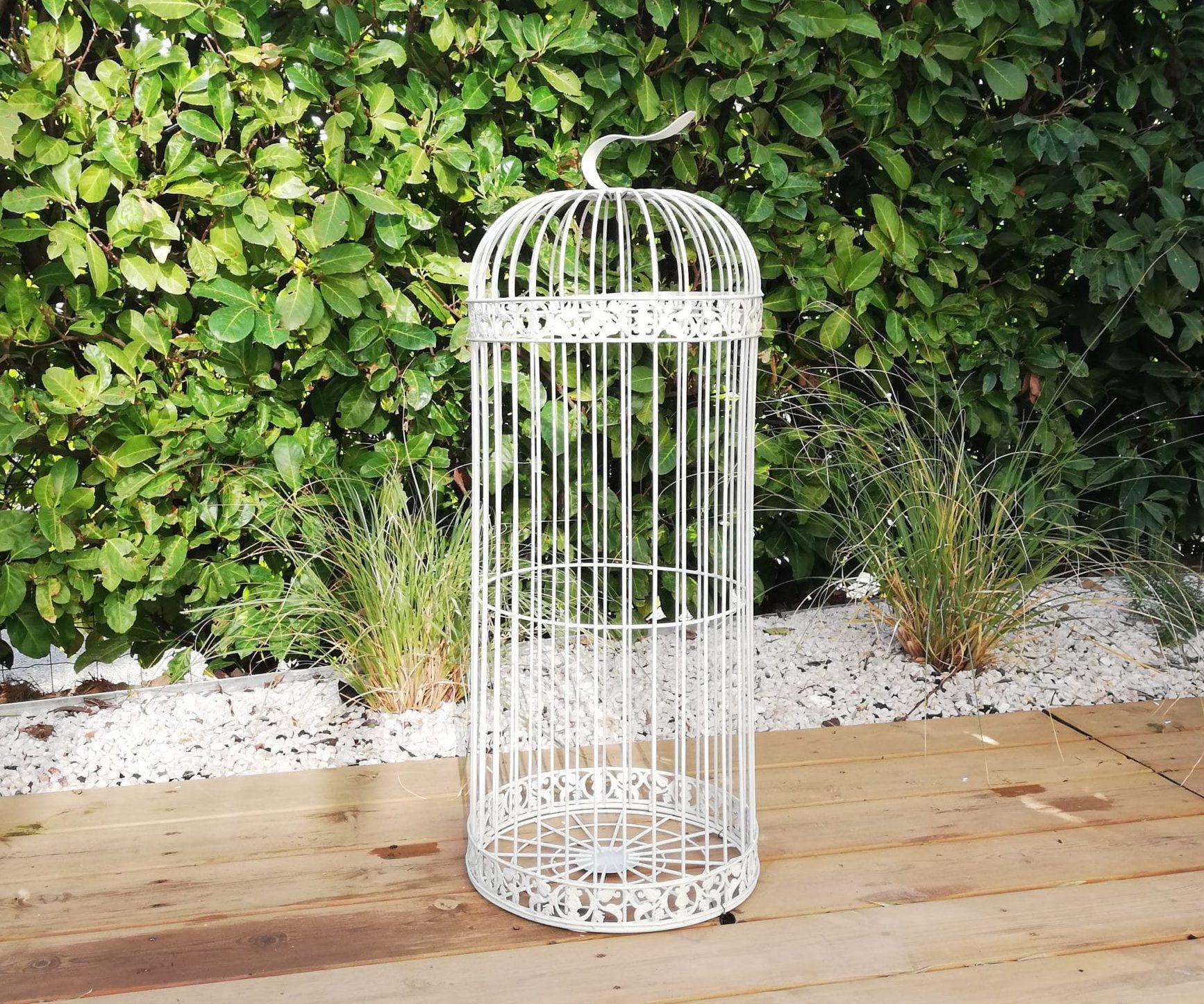 location d'une grande cage à ouiseau blanche pour décoration florale, bougies ou urne des mariés proposée par esprit pop'up