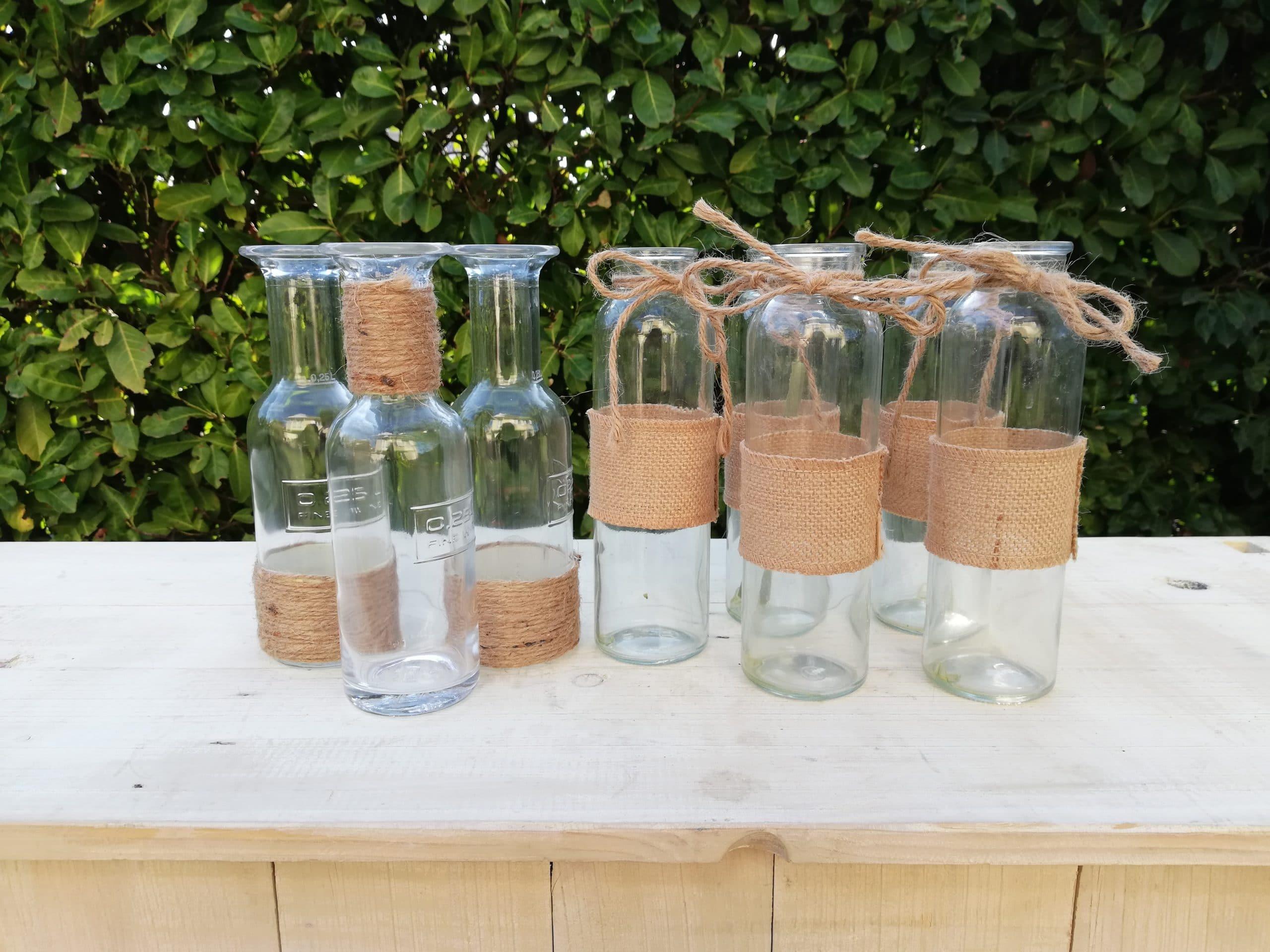 location d'un lot de bouteilles en verre et toile de jute pour une décoration champêtre proposées par esprit pop'up