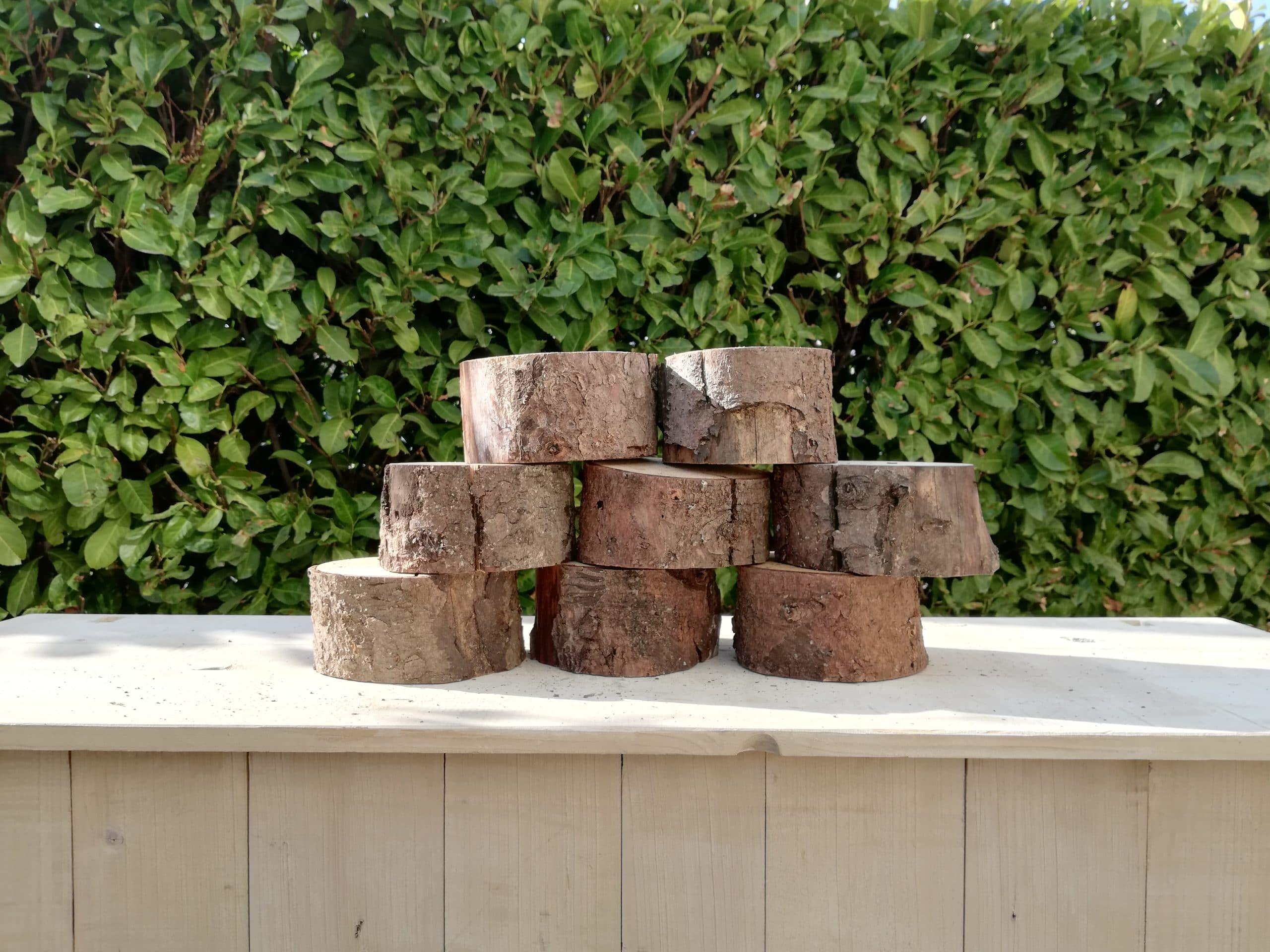 des rondins de bois pour une décoration de mariage champêtre proposés à la location par esprit pop'up