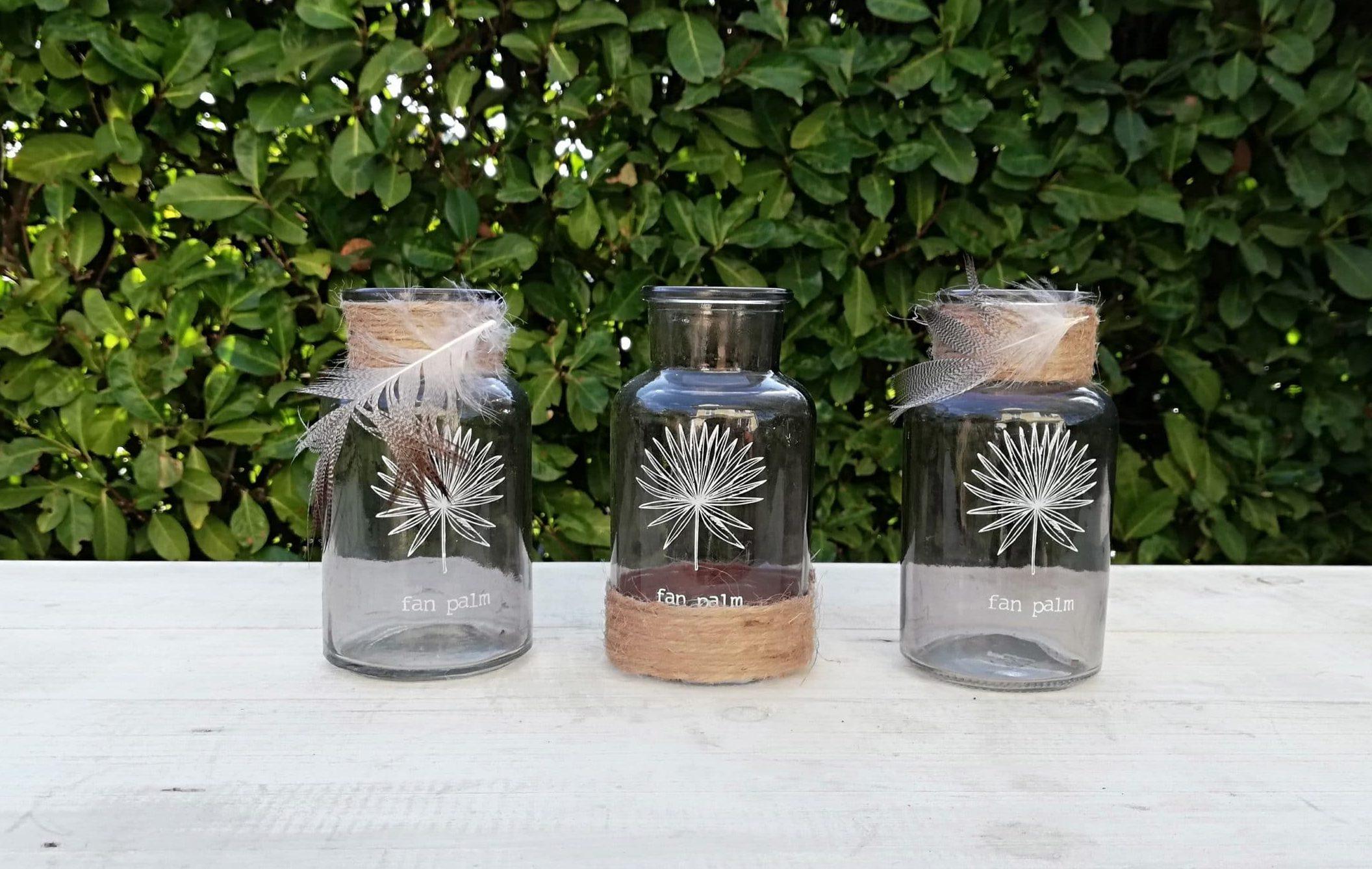Location de petites bouteilles en verre grises pour la décoration de votre mariage proposée par esprit pop'up